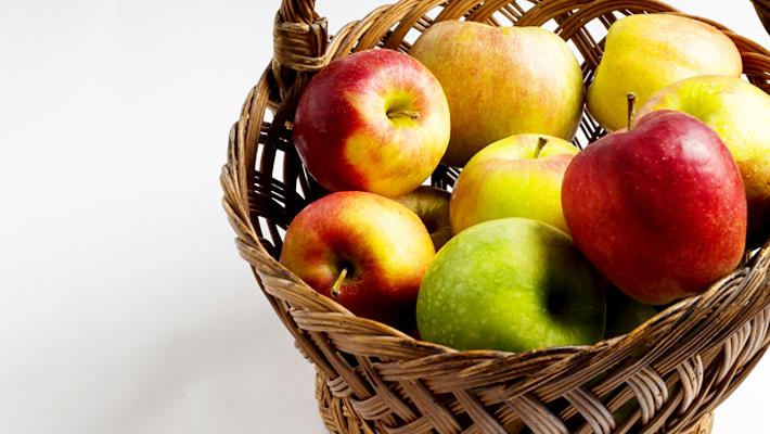 籠に入ったリンゴ