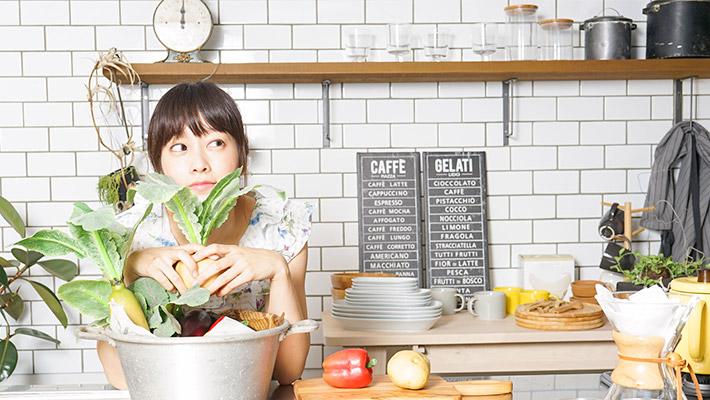 女性とキッチン