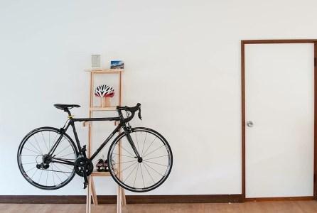 国産桧の自転車ラック宿輪木とヘルメットスタンド